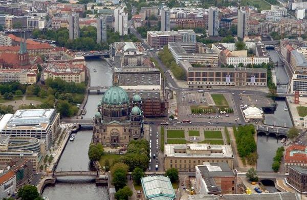 Berlin: Blick auf einen Teil der Museumsinsel in Berlin Mitte mit  Berliner Dom,  Altes Museum und Lustgarten, aufgenommen am 05.05.2004. In der Bildmitte der Schlossplatz mit dem Palast der Republik.   (BRL457-090504)